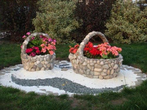 Không gian sân vườn độc đáo với trang trí từ đá, sỏi